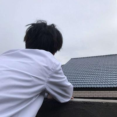 有点神秘男头像侧面帅气照片_WWW.QQYA.COM