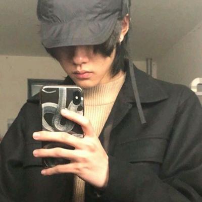 拿着手机自拍的男生头像_WWW.QQYA.COM