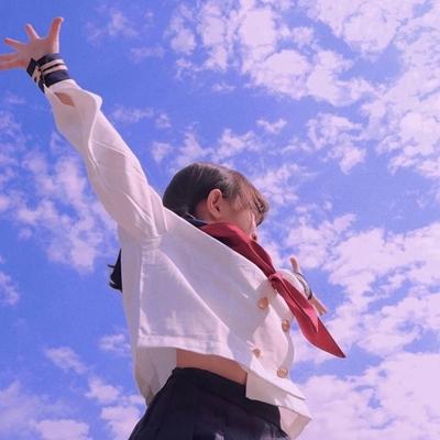 蓝色背景的天空女生头像_WWW.QQYA.COM