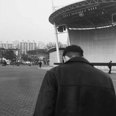 酷酷的个性男生背影头像高大帅气_WWW.QQYA.COM