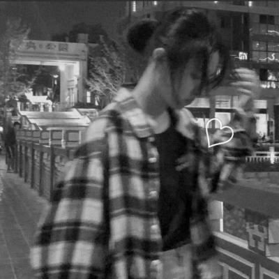 高清霸气的冷酷黑白女生头像图片_WWW.QQYA.COM