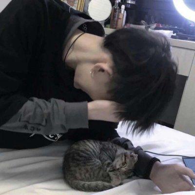 高清不露脸的男生抱猫头像高清图片_WWW.QQYA.COM
