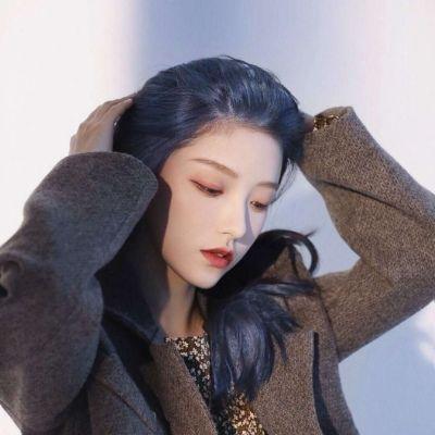 高清酷到爆的西装气质魅力女生头像图片_WWW.QQYA.COM
