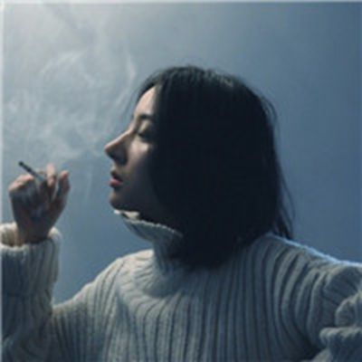 孤独一个人抽烟伤感女生头像图片_WWW.QQYA.COM