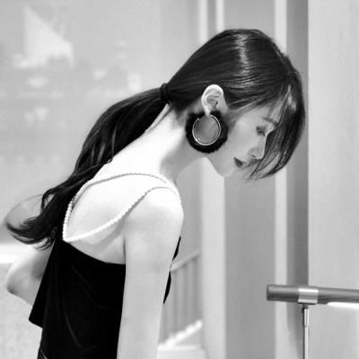 黑白女生头像高冷霸气_WWW.QQYA.COM
