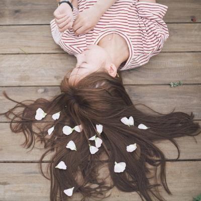 心情失落的女生伤感意境图片_WWW.QQYA.COM