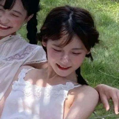 微信真人闺蜜头像一萌一酷霸气图片_WWW.QQYA.COM