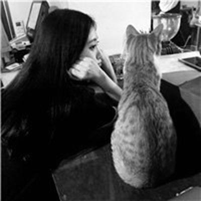女生抱着猫很酷的头像_WWW.QQYA.COM