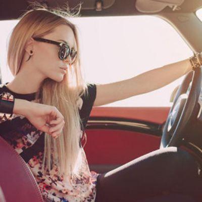 美女开车图片头像_WWW.QQYA.COM