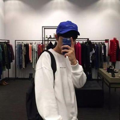 低头戴帽子的男生头像_WWW.QQYA.COM