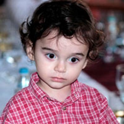 大眼睛小女孩的可爱头像图片_WWW.QQYA.COM