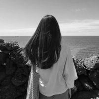 好看有意境的黑白女生的背影头像图片_WWW.QQYA.COM