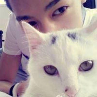 情侣头像一男一女抱猫_WWW.QQYA.COM
