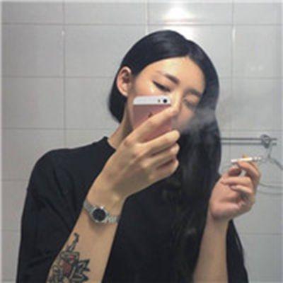 抽烟头像女生霸气十足_WWW.QQYA.COM