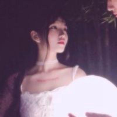浪漫情侣一左一右头像唯美图片_WWW.QQYA.COM