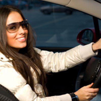 开车戴墨镜的美女头像图片_WWW.QQYA.COM