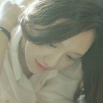 很犹豫的邻家女孩低头伤感女生头像图片不带字_WWW.QQYA.COM