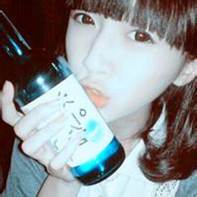 女生拿酒瓶子的图片头像_WWW.QQYA.COM