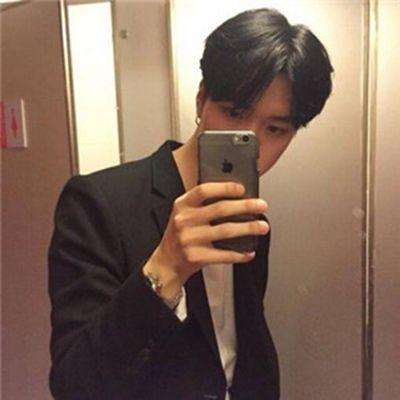 拿手机的男生头像帅气冷酷霸气超拽_WWW.QQYA.COM