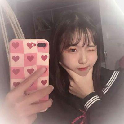 霸气对着镜子拍照女生头像_WWW.QQYA.COM