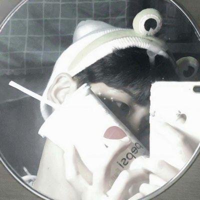 手机挡脸帅哥图片头像_WWW.QQYA.COM