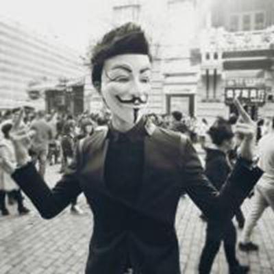 男生戴面具冷酷头像_WWW.QQYA.COM