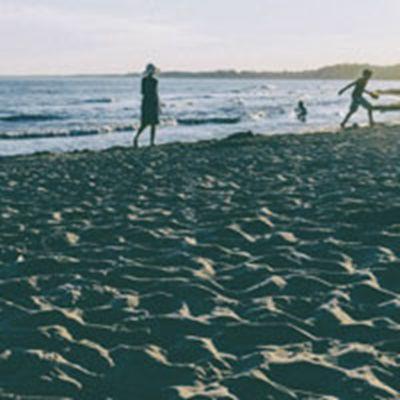 海边背影头像 在海边的背影女生_WWW.QQYA.COM