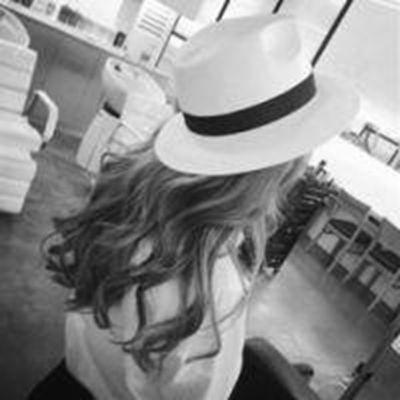 女生背影头像冷酷伤感黑白图片_WWW.QQYA.COM