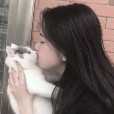可爱女生和猫的头像超好看_WWW.QQYA.COM