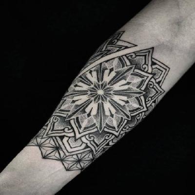 小臂梵花纹身头像:小臂位置点刺梵花纹身_WWW.QQYA.COM