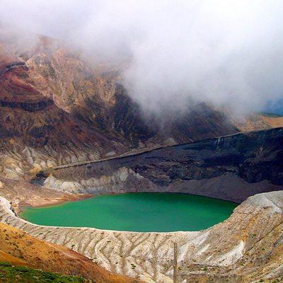 火山口形成一个美丽的湖泊_WWW.QQYA.COM