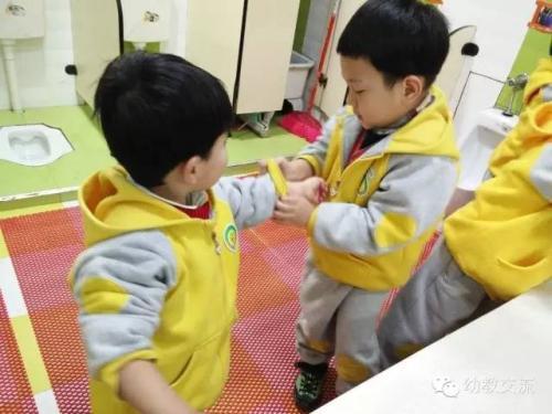 小朋友互相帮助的图片_WWW.QQYA.COM