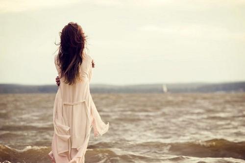 好看有意境女生孤单背影图片_WWW.QQYA.COM