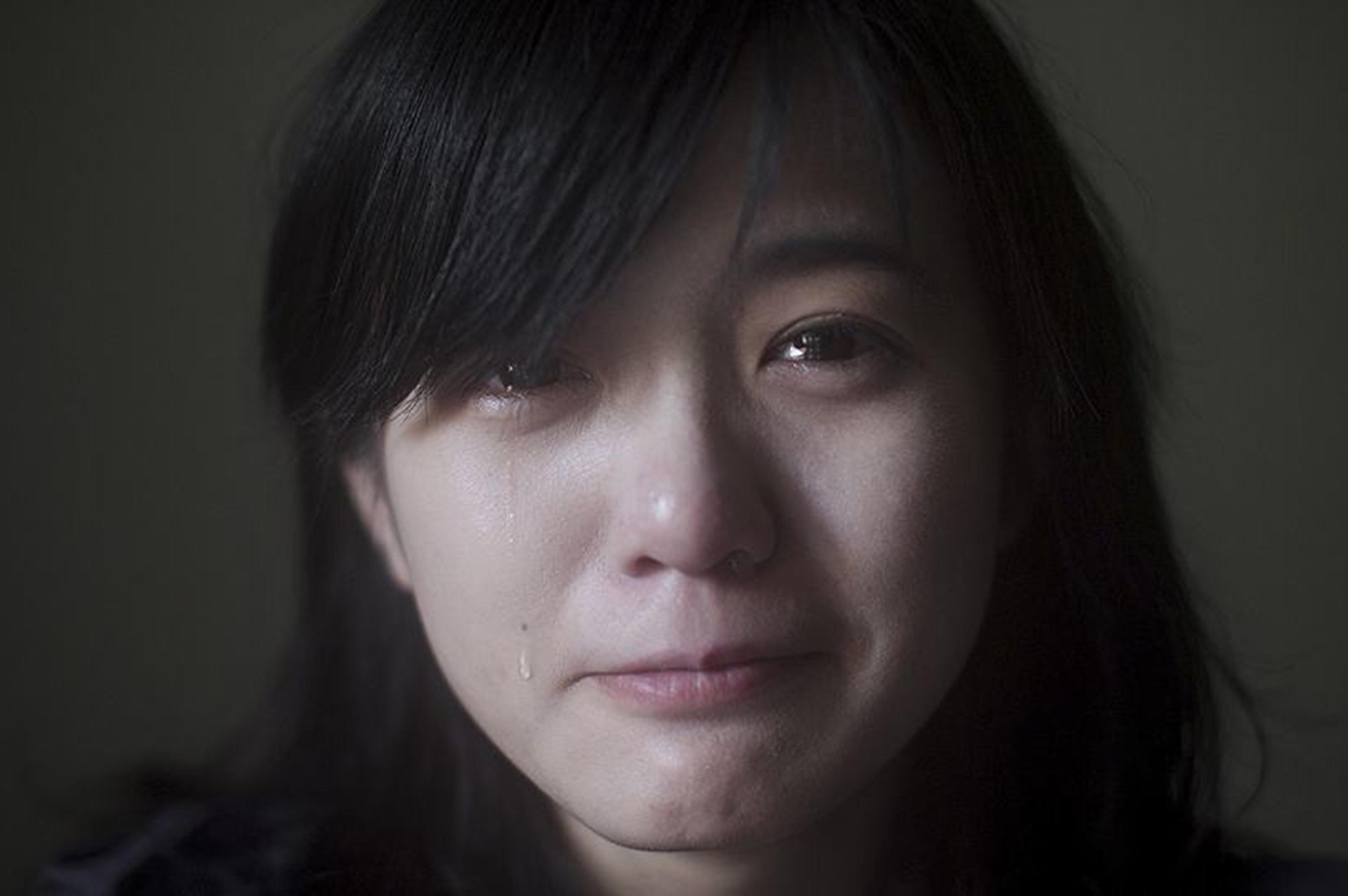 一个人伤心流泪的图片_WWW.QQYA.COM
